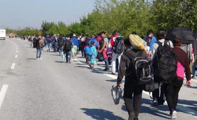 Binlerce Suriyeli Yollarda