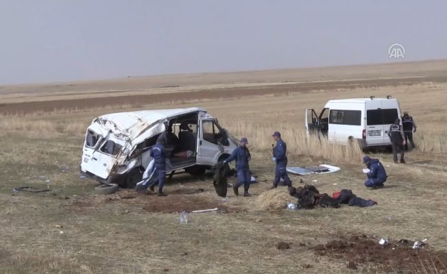 Göçmenleri Taşıyan Minibüs Devrildi: 2 Ölü, 19 Yaralı