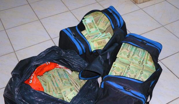 Polisin Tesadüfen Durdurduğu Araçtan 3 Çanta Dolusu Para Çıktı