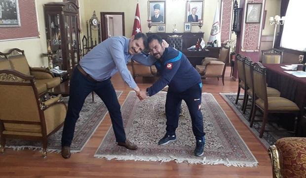 Türkiye'de Bir İlk: Vali Makam Odasında Güreş Tuttu!