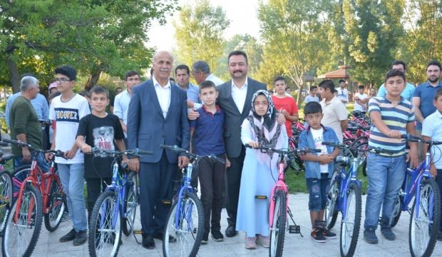 Elbistan Belediyesi 100 Öğrenciye Bisiklet Hediye Etti