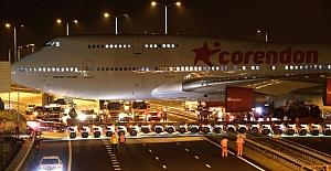 Uçak Otoyoldan Geçerken Araç Trafiği Durduruldu