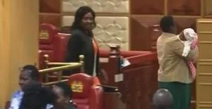 Bebeği İle Meclise Gelen Milletvekili Sokağa Atıldı